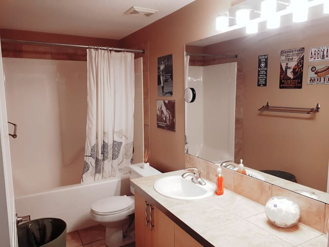 Spacious room private bathroom, parking.