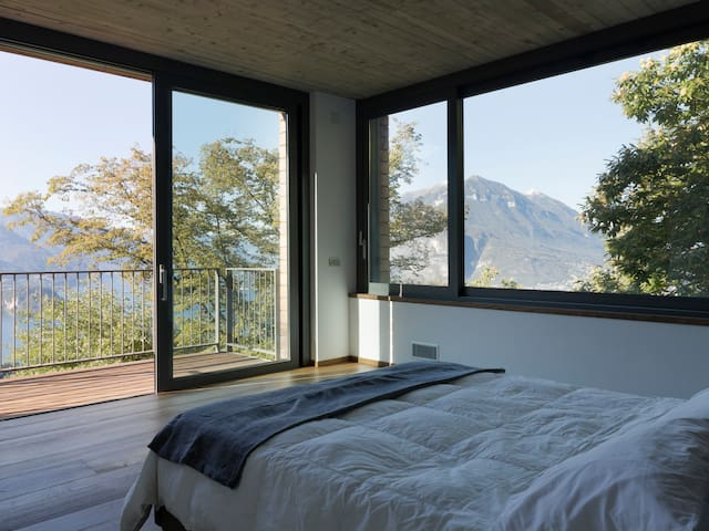 Double room with panoramic view of Lake Como at the first floor.