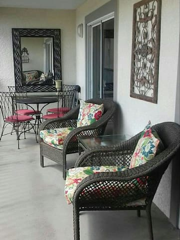 Lake views 1600ft 2BD/3BTH Condo, 2miles to Disney - Kissimmee - Daire