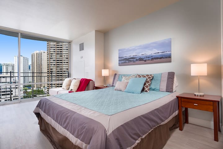 Contemporary Waikiki Oasis w. Full Kitchen/Laundry