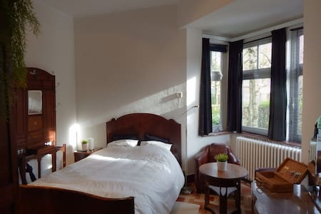 "Bed and Breakfast ""Les Remparts"" - Binche - Bed & Breakfast"