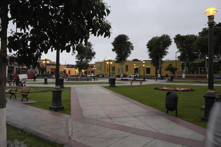 Plazuelas y museos cercas.