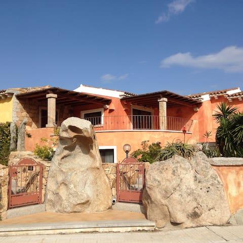 Accogliente e luminosa villetta in zona tranquilla - Porto Pozzo - House
