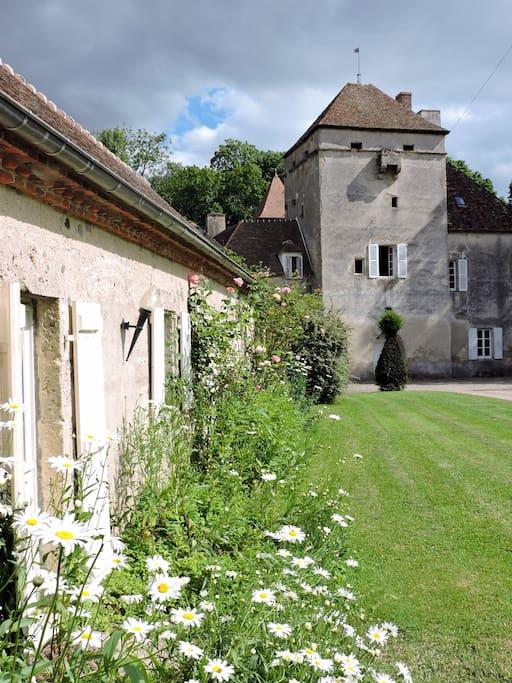 """Château de Vesset, vue du gîte """"La Maison du Cocher"""""""