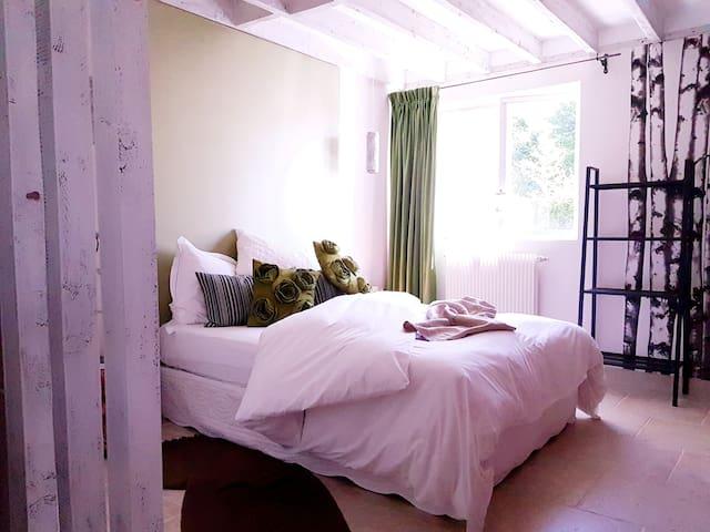 Chambre et sa SDD dans belle maison 10 mn de Rouen