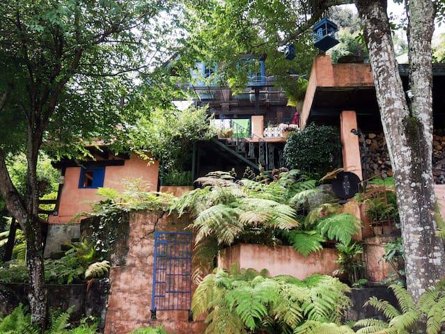 Casa con acceso al lago y alberca.