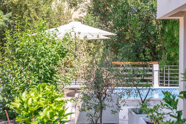 Studio With Pool Access & Great Location