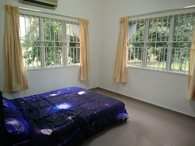 Modern bungalow wit wide greenfield - Bentong - บ้าน