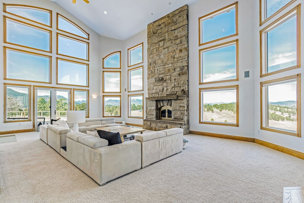 Expansive living room, with amazing mountain views!
