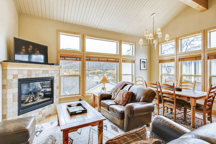 Lofty home with a view & private hot tub - ski lifts around the corner!