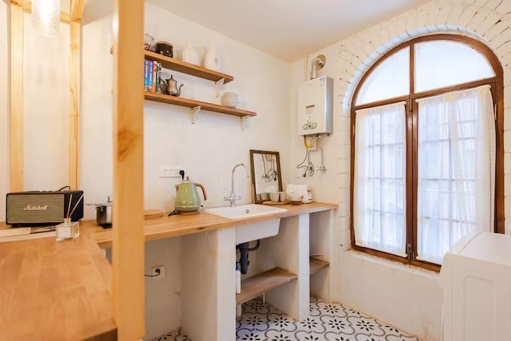 """这是一个非常迷人且小而美的空间,主色调是暖色,整个房间的设计从art deco出发,打造出讲究的旅人""""chic&chilled""""的生活方式。"""