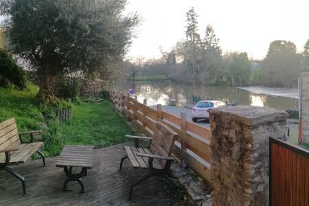 Bord de rivière, terrasse + jardin centre ville