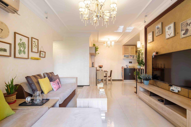 干净温馨简洁的客厅,55寸品牌大彩电,移动光纤入户,带给您舒适的居家观影体验。