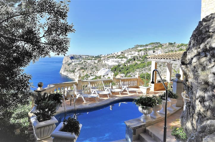 Come to Cala Llamp, Majorca. 10 pax. Pool. 00052