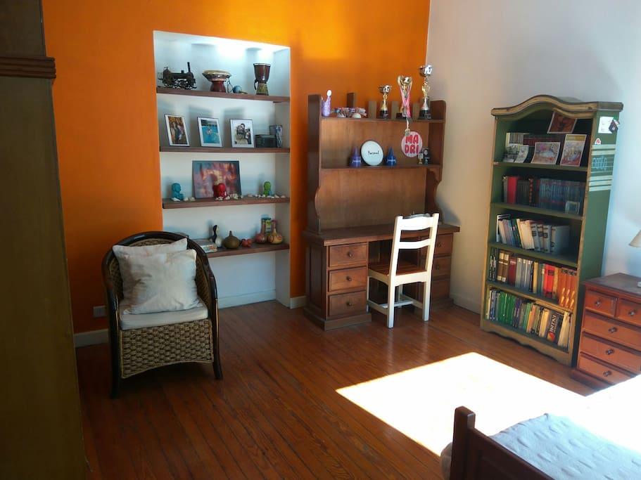Primer escritorio de la habitación. Biblioteca copada!
