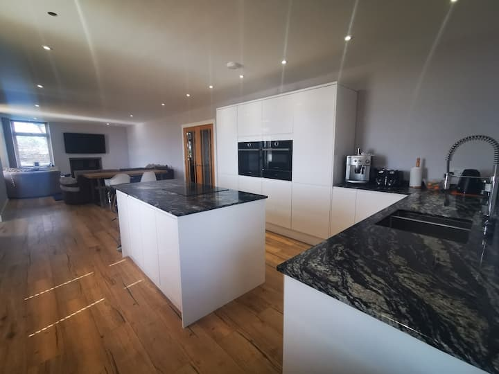 Lovely 3 Bed Ground Floor House + Stunning Views
