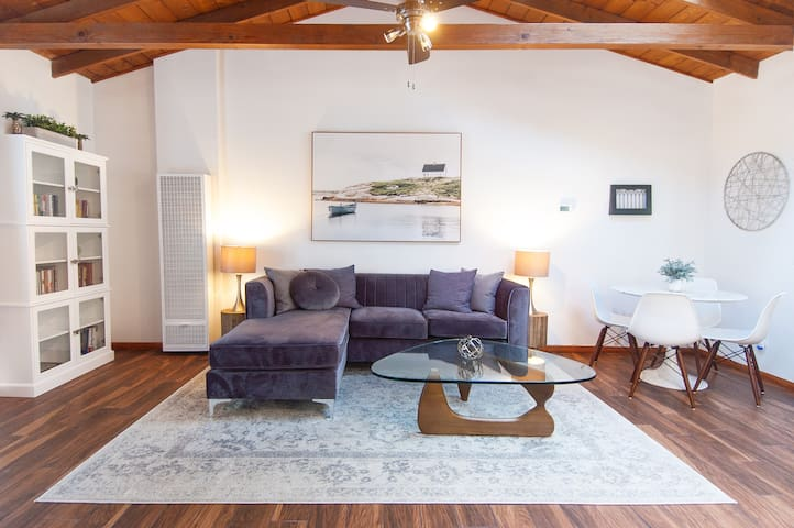 Brooks Cottage – Elegant, Private, 30-Day Minimum