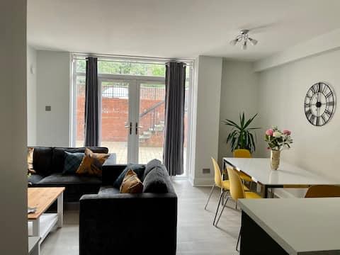 New refurb, comfortable 2 Bed, City Apartment