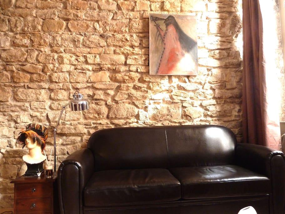 Le canapé club en cuir pour se relaxer ou regarder la télévision.