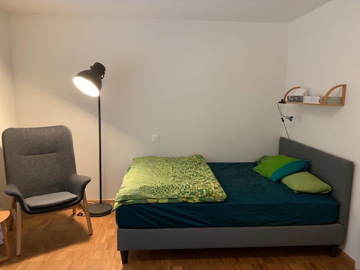 Modernes Wohlfühlzimmer mit Bad und Terasse