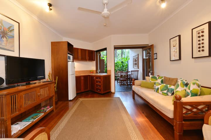 Couples Oasis-close to town and beach, heated pool