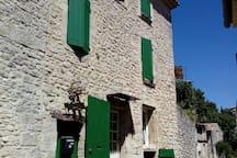 la facade de la maison vue de la rue