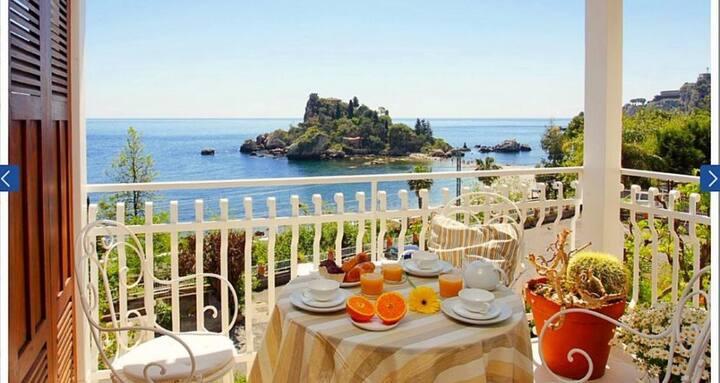 Romantic Apartment in Taormina IsolaBella seaview