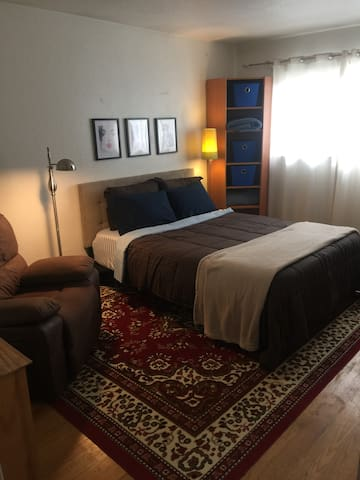 Private 2nd bedroom and bath, Lake Chabot area