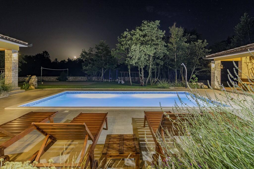 Romantičan pogled na mjesečinu u toplim ljetnim noćima