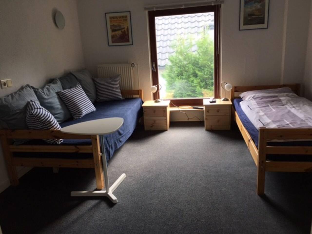 Gemütliches Einzel- oder Doppelzimmer (Preis/Übernachtung für 2. Gast = 16 €) - unsere Einliegerwohnung verfügt über ein zweites Zimmer - siehe Inserat Hamburg Schnelsen - 2. Zimmer in Einliegerwohnung - es bietet bis zu 2 Gästen Platz.