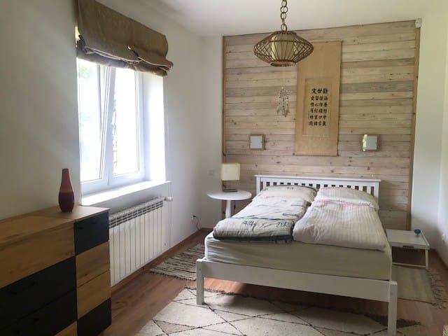 Sypialnia z wygodnym podwójnym materacem