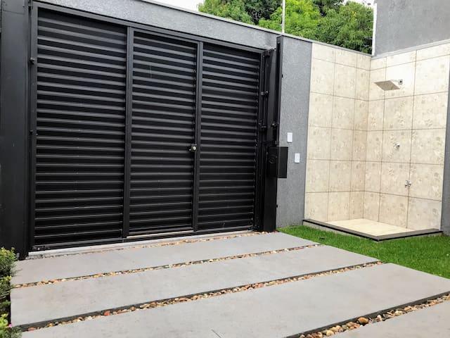 Jardim com chuveirão, portão de garagem automático para carga e descarga, e portão social. Total privacidade.
