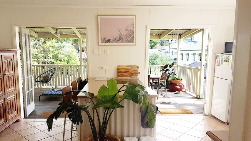 Double room available in bright and airy QLDer