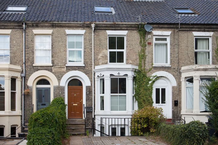 Clean and hygienic home near NNUH Hospital | Large Family Home & Garden by UEA - Parking for 2