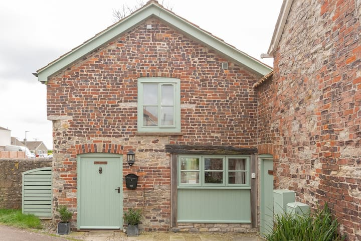 Luxury listed cottage in a Somerset racing village