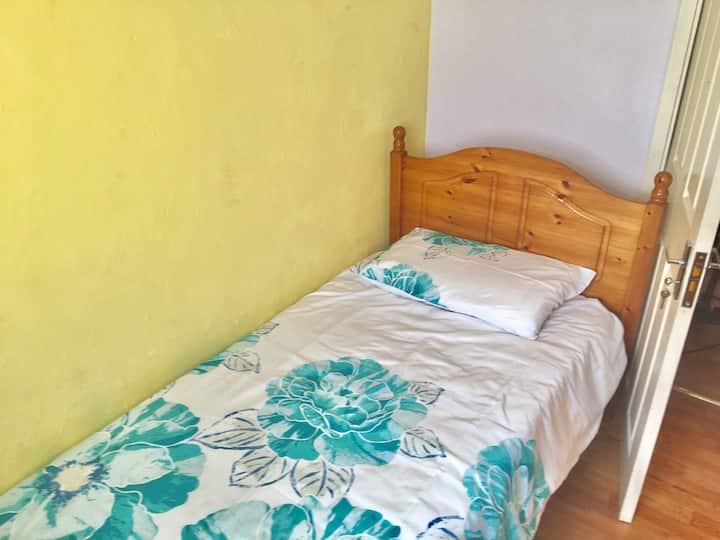 Single Bed-15 mins away from Town