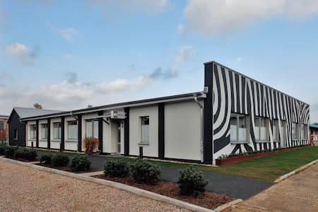 Modernes Motel -super gelegen- zw. Ostsee & Wismar - Grevesmühlen - Bed & Breakfast