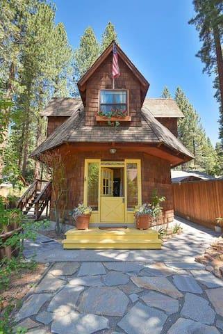 Unique Gingerbread Cottage, Bikes & Kayaks