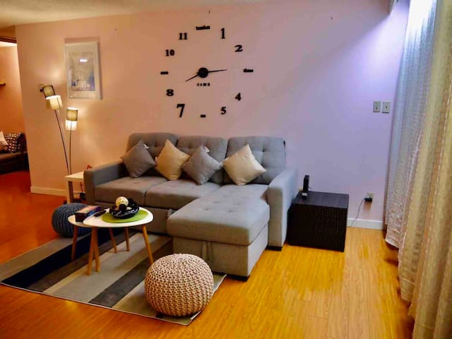 Chic Downtown Condo with one Free Parking