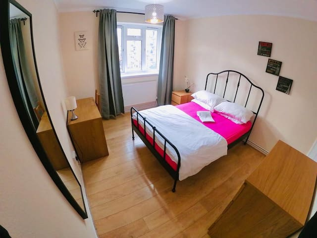 Bright Double Room In Portobello Road (C)