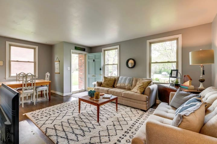 Southern Comfort Cottage: Cozy, updated, home.