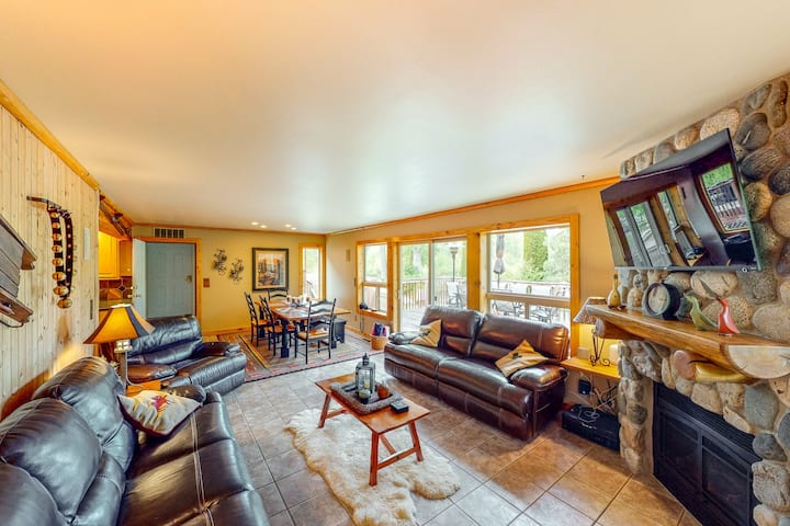 New listing! Dreamy forest lodge w/ firepit, private hot tub & Ping Pong table!