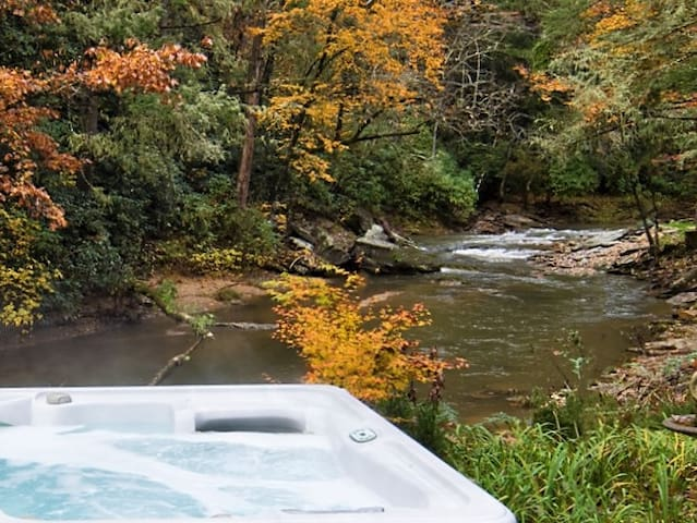 Forest River Apt Private w/ Hot Tub & Fireplace.