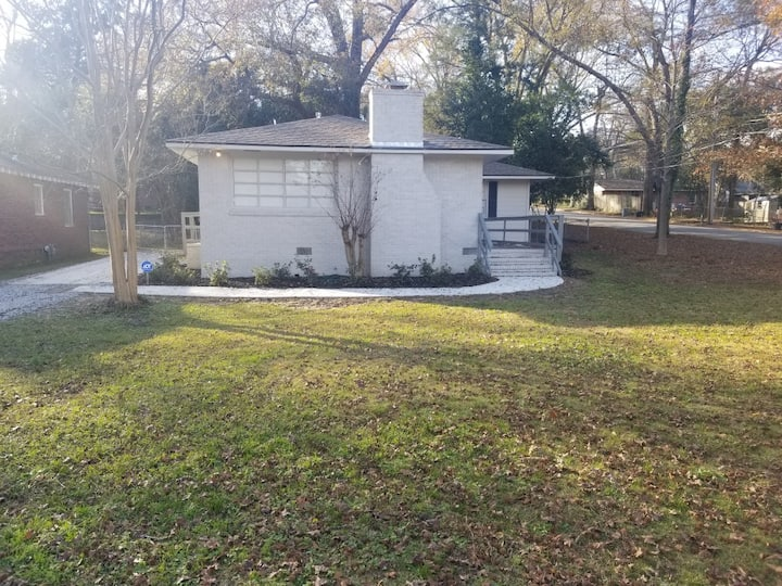 Remodeled gem close to shops and eateries!
