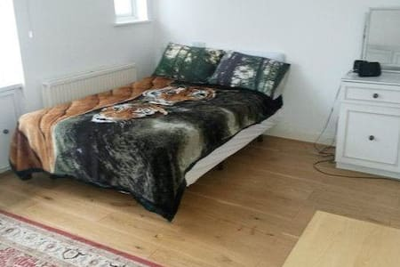 Spacious Double Bedroom with Private Bathroom - Hus