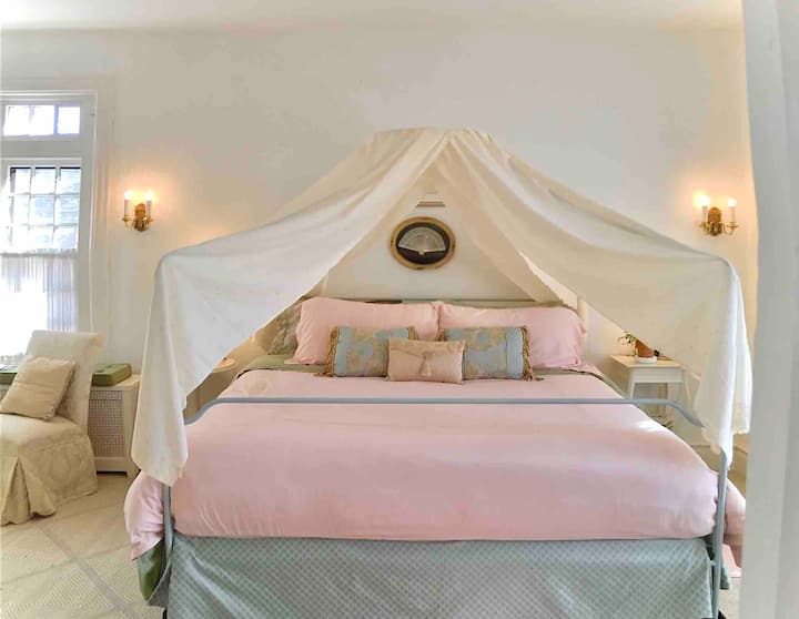 The Pink on Main * full suite in historic home*