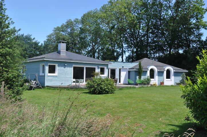 chambre double dans la maison bleue