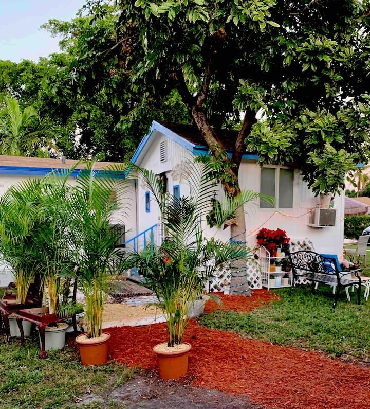 Glamping Boho Tiny House ,Yard,Walk Dine,Beach BBQ