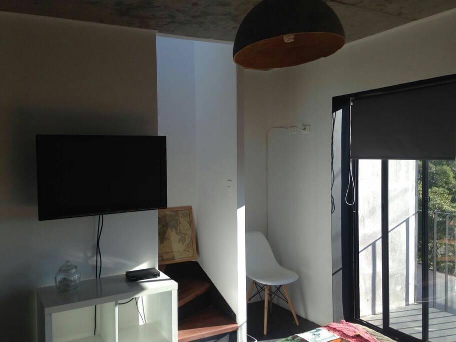 La habitación tiene televisor con cable satelital, y se tiene acceso a la azotea