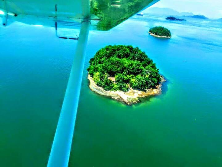 Ilha particular, acomodações simples à beira mar.